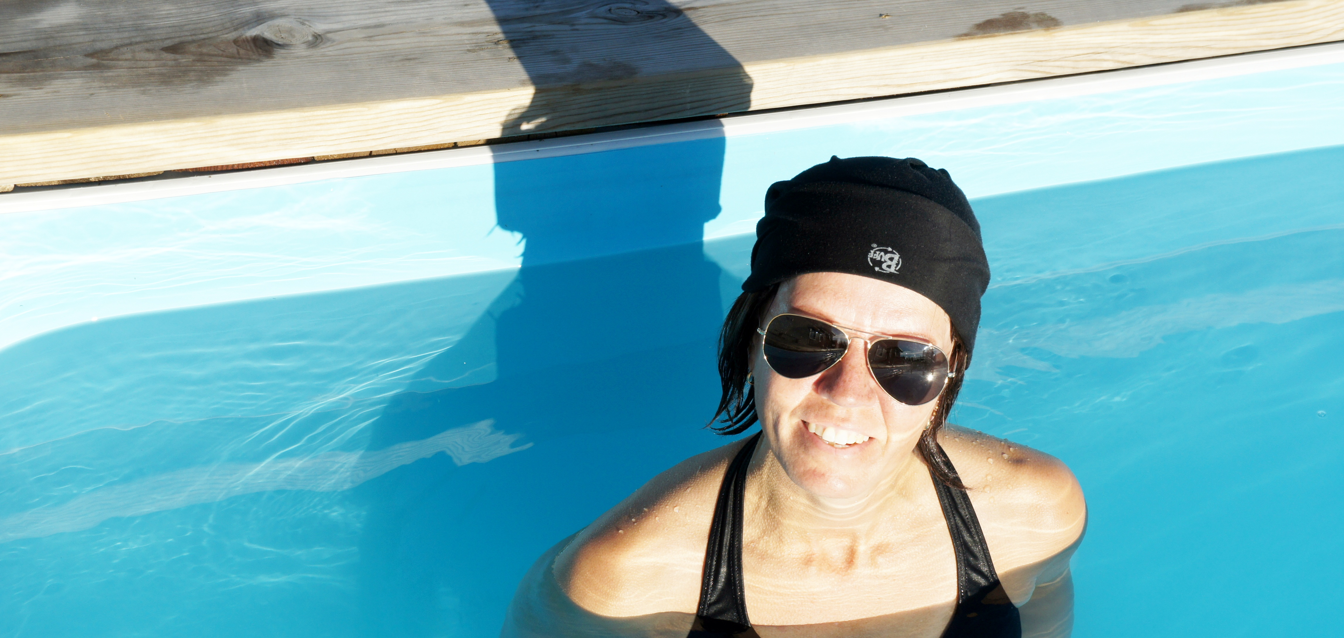 Jag njuter i poolen med en Buff på skallen, solisar RayBan, bikini Scampi
