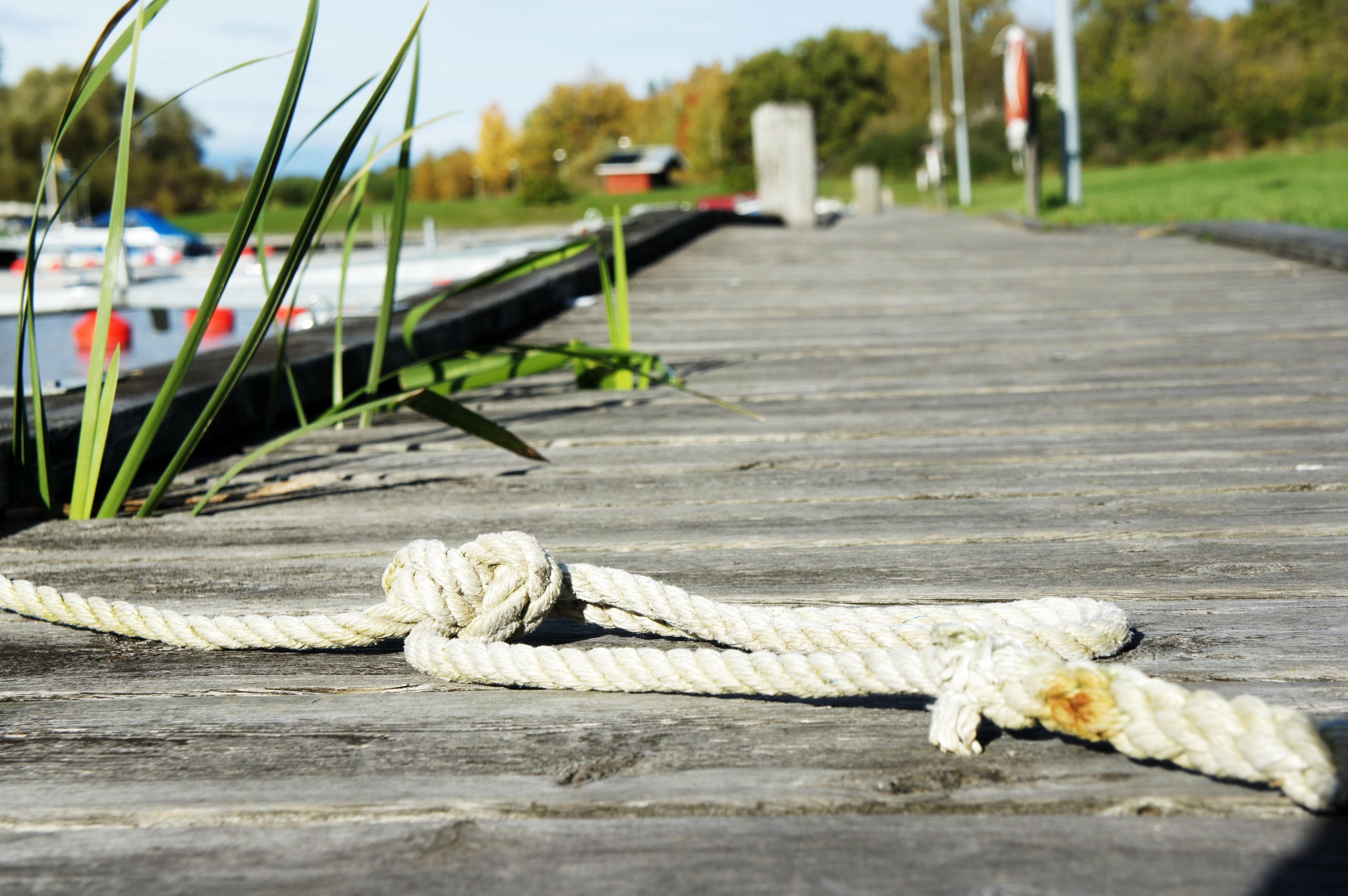 En kvarglömd tamp och en liten båt är allt som nu påminner om sommaren.