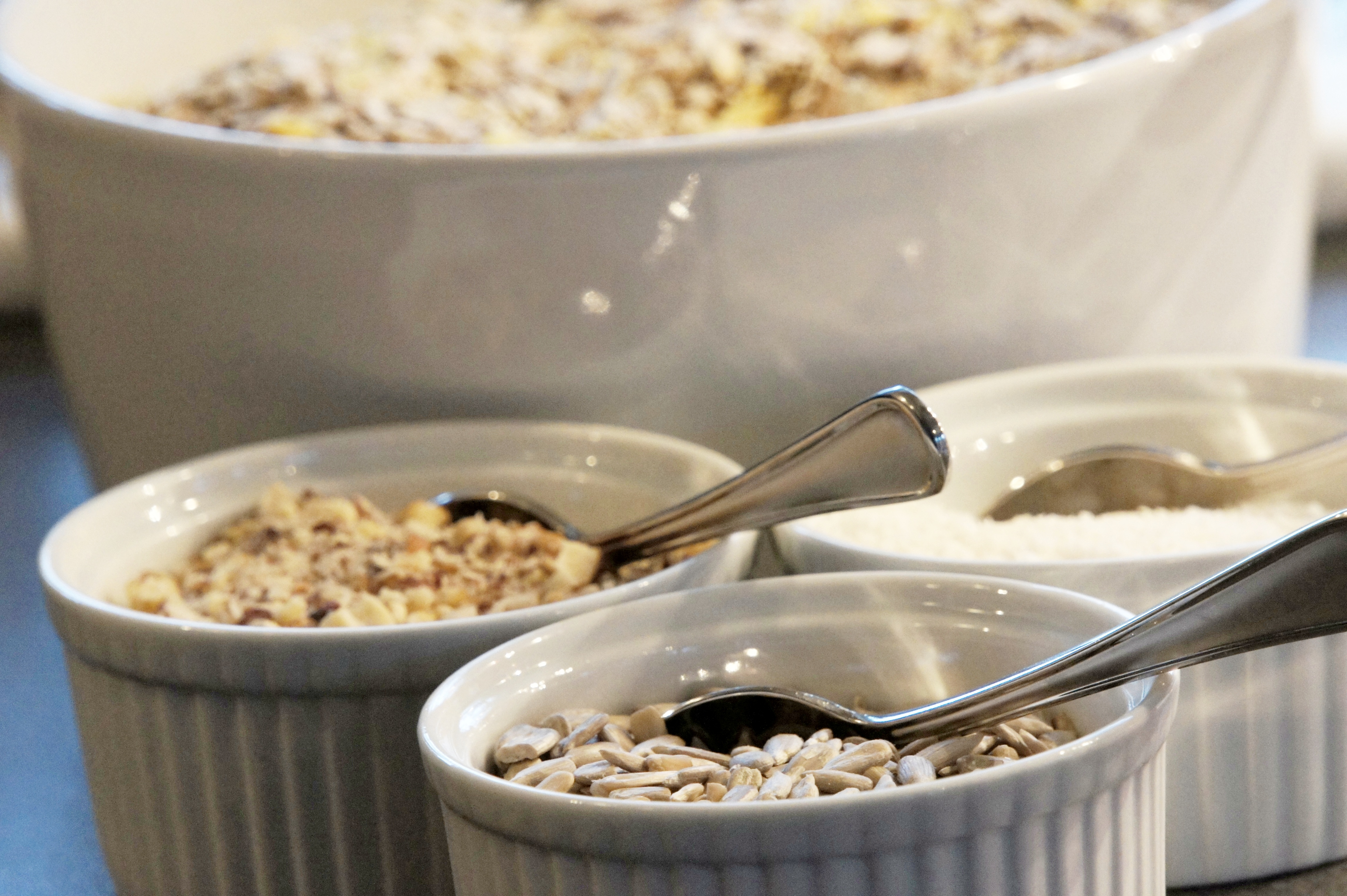 Yoghurt, müsli, coccos, solrosfrön, hackade hasselnötter