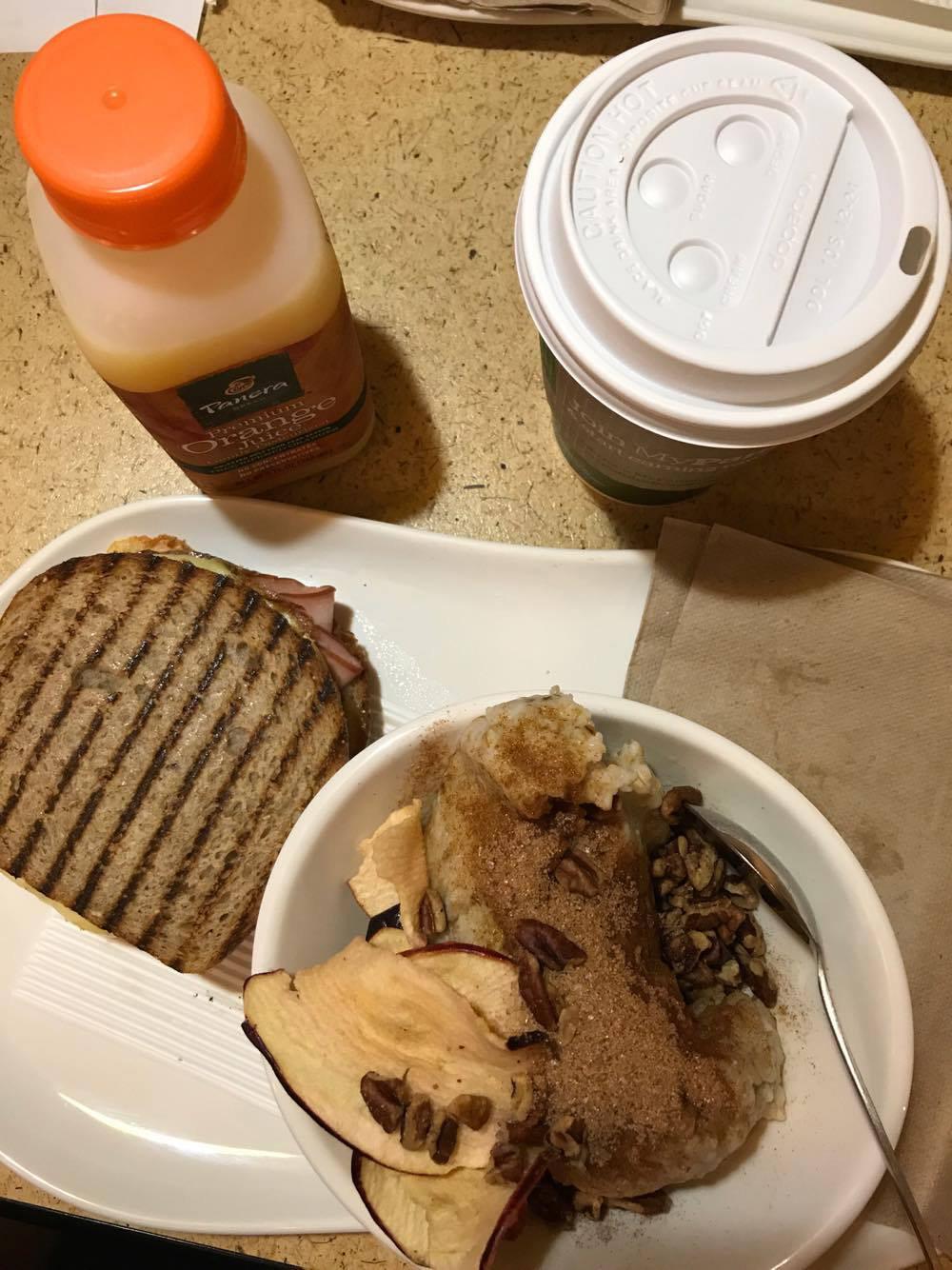 Havregrynsgröt med torkade äppelskivor, pecannötter, kanel och socker. Rostad macka med ägg, skinka och ost. Juice och kaffe.