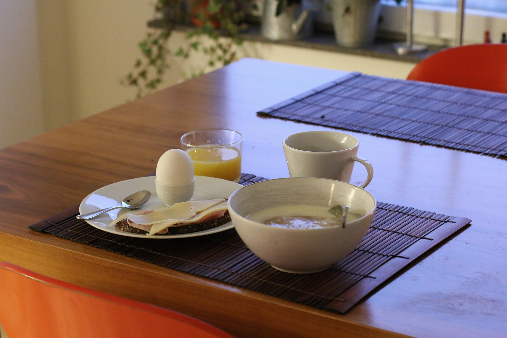 Grötfrukost under tystnad