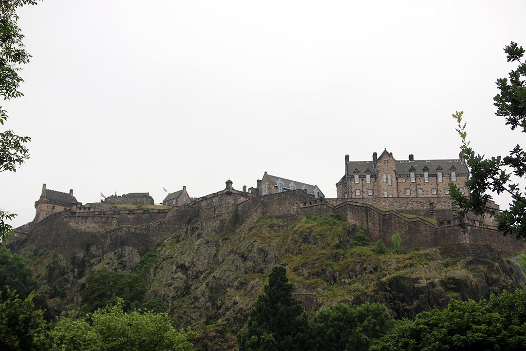 Denna bild har ett alt-attribut som är tomt. Dess filnamn är IMG_7819-Edinburgh-castle-x.jpg