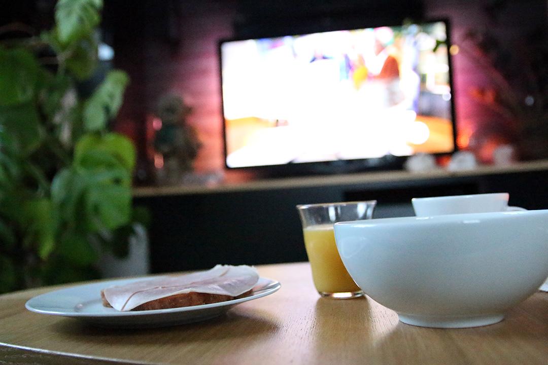 Frukostmys framför tv'n
