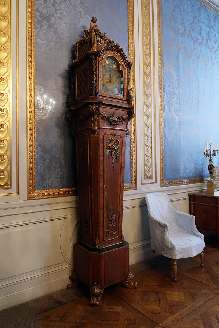 Ett kungligt slott med en klocka som många kungar och drottningar lyssnat på