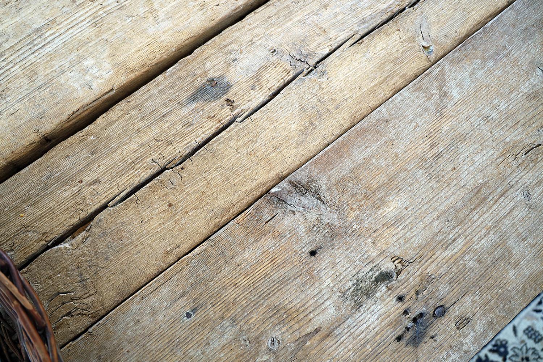 Egentillverkat plankbord som ska få  underhåll innan flytt
