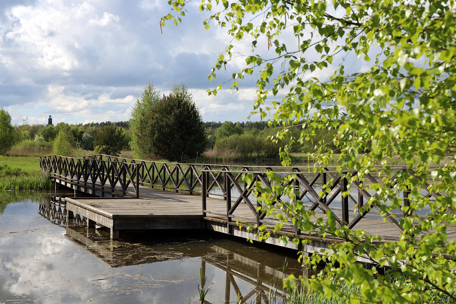 Träbron i Vattenparken i vacker kvällssol