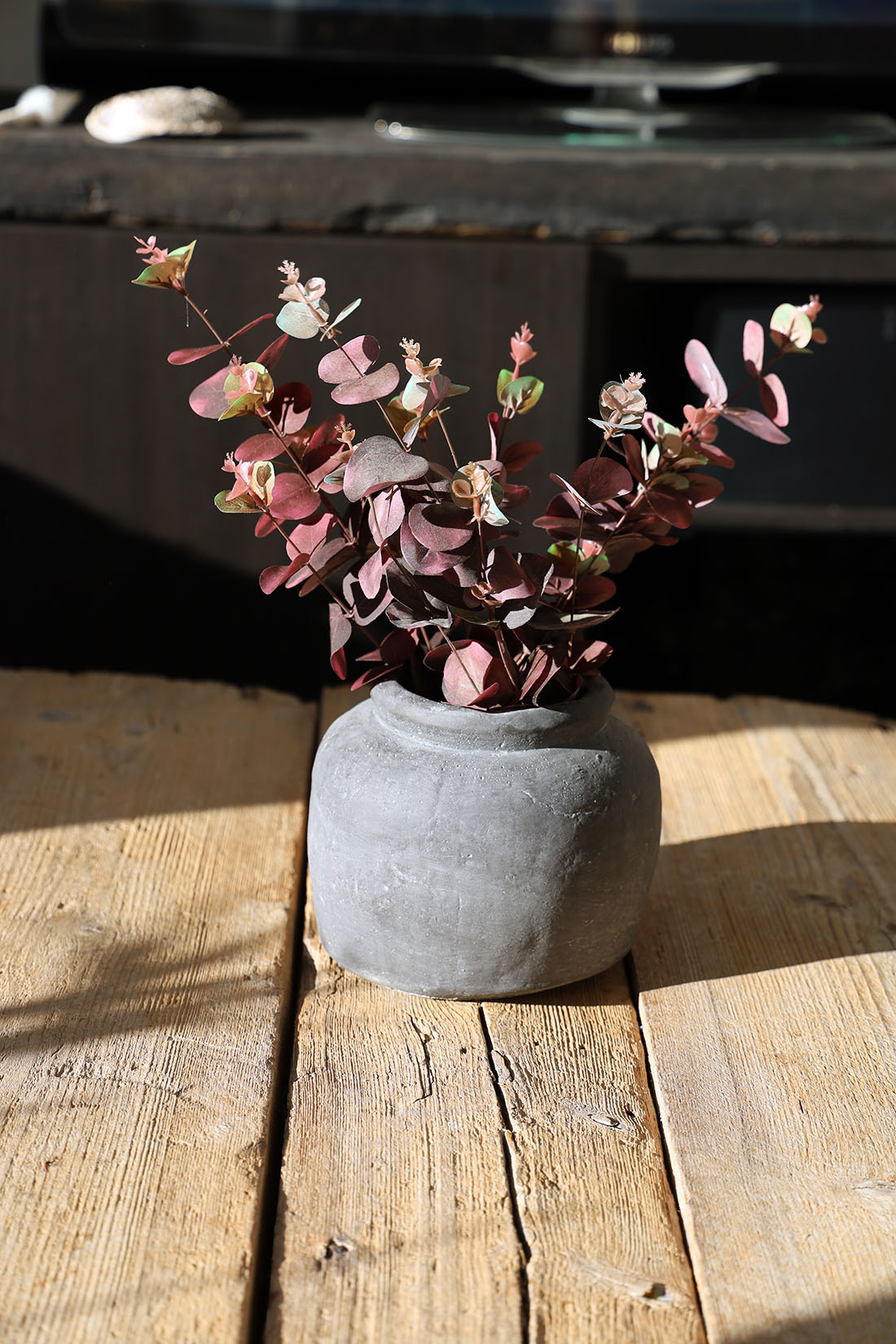 Lite nytt på soffbordet - lerkrus och hitte-på-blommor